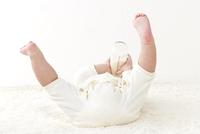 寝転ぶ赤ちゃんの足 10367007073| 写真素材・ストックフォト・画像・イラスト素材|アマナイメージズ