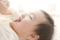 寝転びミルクを飲む赤ちゃん
