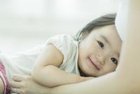 母親に抱きつく赤ちゃん 10367007126| 写真素材・ストックフォト・画像・イラスト素材|アマナイメージズ