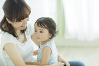 母親に抱っこされる赤ちゃん 10367007143| 写真素材・ストックフォト・画像・イラスト素材|アマナイメージズ