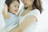 母親に抱っこされる赤ちゃん 10367007169| 写真素材・ストックフォト・画像・イラスト素材|アマナイメージズ