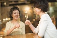 ワインで乾杯する母娘 10367007226| 写真素材・ストックフォト・画像・イラスト素材|アマナイメージズ