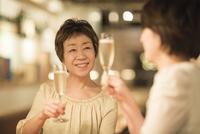 ワインで乾杯する母娘 10367007227| 写真素材・ストックフォト・画像・イラスト素材|アマナイメージズ