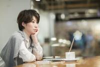 カフェで考え事をするビジネスウーマン