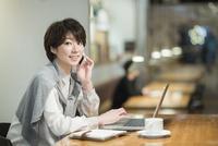 カフェで仕事をするビジネスウーマン 10367007236| 写真素材・ストックフォト・画像・イラスト素材|アマナイメージズ