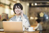 カフェで仕事をするビジネスウーマン 10367007239| 写真素材・ストックフォト・画像・イラスト素材|アマナイメージズ