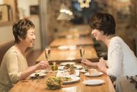 レストランで食事をする母娘 10367007275| 写真素材・ストックフォト・画像・イラスト素材|アマナイメージズ