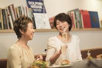 レストランで食事をする母娘 10367007281| 写真素材・ストックフォト・画像・イラスト素材|アマナイメージズ