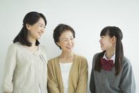 笑顔の三世代家族 10367007371| 写真素材・ストックフォト・画像・イラスト素材|アマナイメージズ