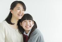 笑顔の母親と娘