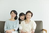 ソファーに座る三世代家族 10367007425| 写真素材・ストックフォト・画像・イラスト素材|アマナイメージズ
