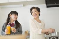 キッチンで会話をする孫と祖母