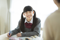 テーブルで勉強をする女の子
