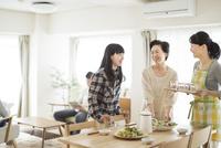 食事の準備をする三世代家族