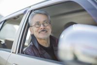 運転席に座るシニア男性 10367007581| 写真素材・ストックフォト・画像・イラスト素材|アマナイメージズ