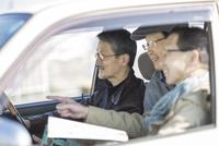 ドライブをするシニア男性 10367007583| 写真素材・ストックフォト・画像・イラスト素材|アマナイメージズ