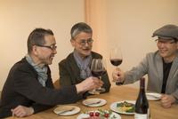 レストラン乾杯をするシニア男性 10367007639| 写真素材・ストックフォト・画像・イラスト素材|アマナイメージズ