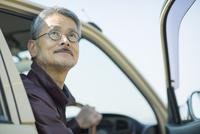 車のドアを開けるシニア男性 10367007718| 写真素材・ストックフォト・画像・イラスト素材|アマナイメージズ