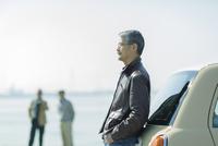 車に寄りかかるシニア男性 10367007727| 写真素材・ストックフォト・画像・イラスト素材|アマナイメージズ
