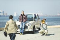 海岸でキャッチボールをするシニア男性