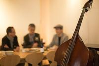 レストラン乾杯をするシニア男性と楽器