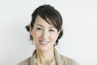 40代日本人女性のポートレート 10367007922| 写真素材・ストックフォト・画像・イラスト素材|アマナイメージズ