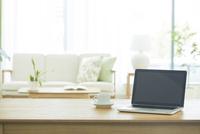 テーブルに置かれたノートパソコン 10367007964| 写真素材・ストックフォト・画像・イラスト素材|アマナイメージズ