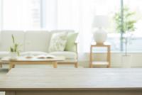 テーブルとリビングルーム 10367007971| 写真素材・ストックフォト・画像・イラスト素材|アマナイメージズ