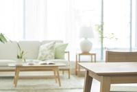 テーブルとリビングルーム 10367007974| 写真素材・ストックフォト・画像・イラスト素材|アマナイメージズ