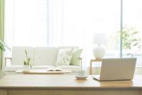 テーブルに置かれたノートパソコン 10367007977| 写真素材・ストックフォト・画像・イラスト素材|アマナイメージズ