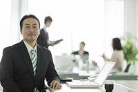 オフィスデスクに座るビジネスマン
