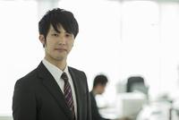 オフィスで笑顔の日本人ビジネスマン