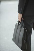 鞄を持つビジネスマンの手元