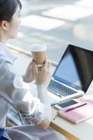 カフェでパソコンをするビジネスウーマンの手元