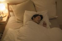 ベットで眠る女性 10367008616| 写真素材・ストックフォト・画像・イラスト素材|アマナイメージズ