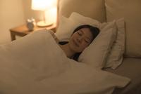 ベットで眠る女性 10367008621| 写真素材・ストックフォト・画像・イラスト素材|アマナイメージズ
