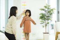 身長を測る女の子 10367008695  写真素材・ストックフォト・画像・イラスト素材 アマナイメージズ