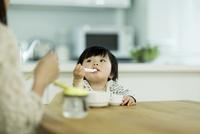 食事をする赤ちゃん 10367008761| 写真素材・ストックフォト・画像・イラスト素材|アマナイメージズ