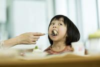 母親にパンケーキを食べさせてもらう女の子 10367008769| 写真素材・ストックフォト・画像・イラスト素材|アマナイメージズ