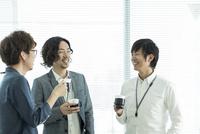 オフィスでコーヒーを飲むビジネスマン