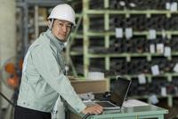 工場で働く作業服の男性