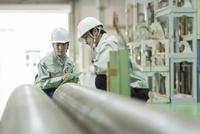 工場で働く男女の作業員 10367008909| 写真素材・ストックフォト・画像・イラスト素材|アマナイメージズ