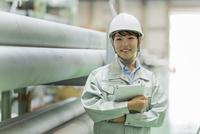 工場で働く作業服の女性