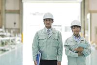 工場で働く男女の作業員