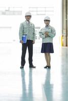 工場で働く男女の作業員 10367008926| 写真素材・ストックフォト・画像・イラスト素材|アマナイメージズ