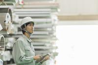 タブレットPCを操作する作業員男性