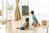 アルファベットで遊ぶ兄と妹