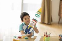 ペットボトルでロケットを作る男の子