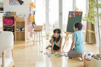 アルファベットで遊ぶ兄と妹 10367009086| 写真素材・ストックフォト・画像・イラスト素材|アマナイメージズ