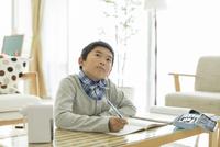 勉強をする男の子 10367009204| 写真素材・ストックフォト・画像・イラスト素材|アマナイメージズ